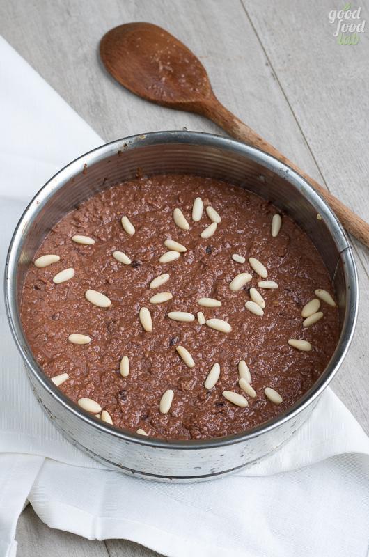 torta di pane e cacao con ciliegie