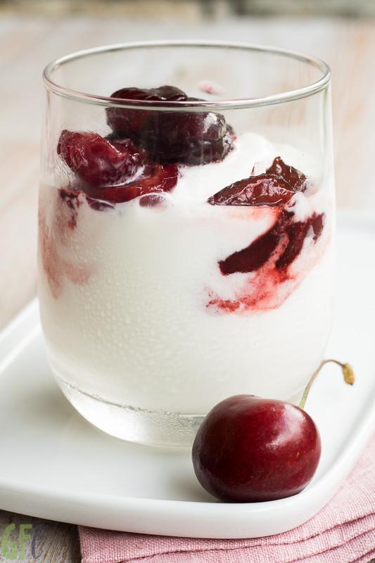 Frozen yogurt con salsa alle ciliegie per #atuttafrutta