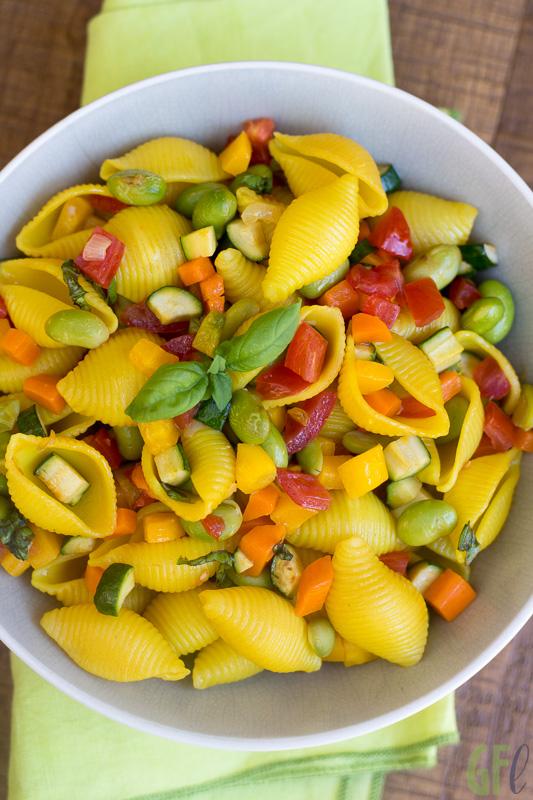 Pasta in insalata con curcuma e verdure