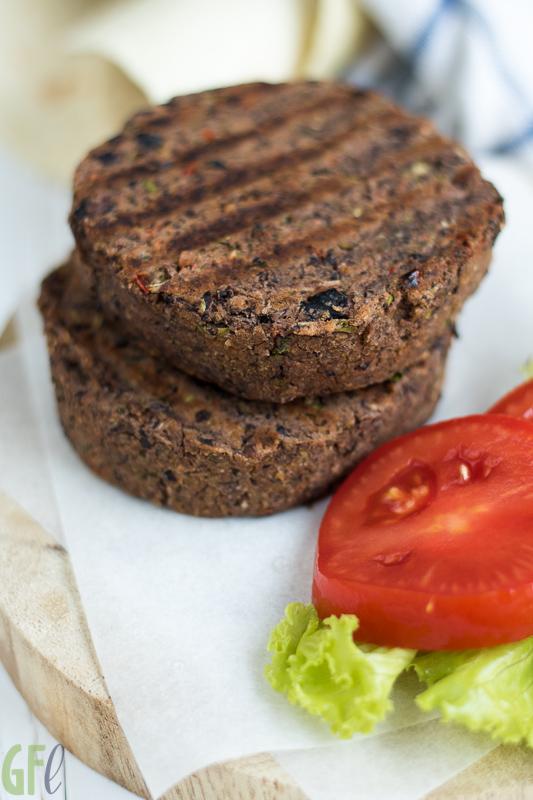 Il burger di fagioli neri delle nostre grigliate estive