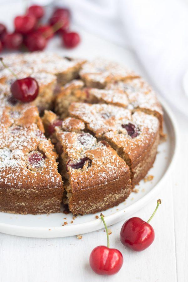 Torta con ciliegie e nocciole