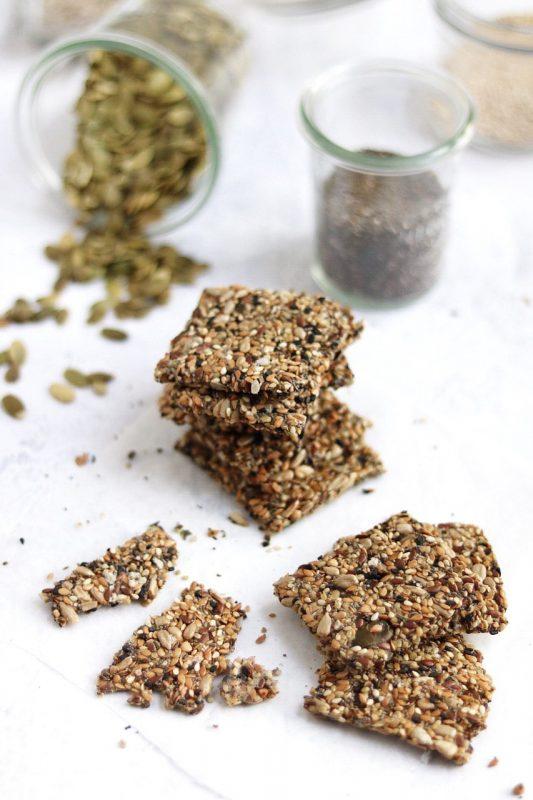 crackers di semi misti con canapa e spezie
