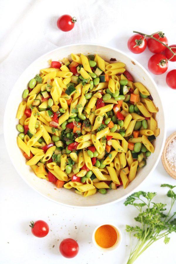 pasta in insalata con curcuma e verdure estive