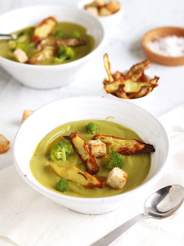 crema di gambi di broccoli e chips croccanti